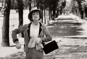 coco-chanel-with-her-handbag